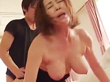 垂れた巨乳を揺らして喘ぐ義母 熟女のテクニックにハマった娘婿が中出し