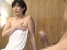 おばさんに混浴温泉で勃起ペニスを見せつけた結果…風呂を上がらない熟女
