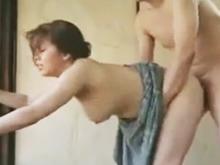 熟女が改装工事をしていた大工を誘って豊満な尻をさらして立ちバック