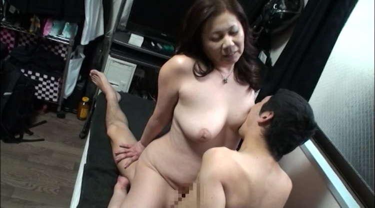 豊満な熟女の性行為9