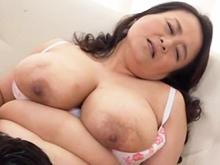 デブ熟女フェチにとって至高の肉体!巨乳の五十路母に生中出し