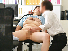 清掃員のおばさんが作業着姿で性行為!仕事中の中年女をハメる!